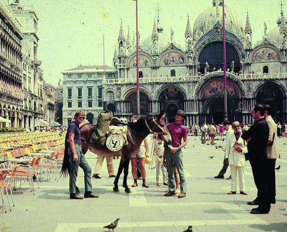 Primi anni '70: Dave Kunst, il primo uomo a fare il giro del mondo a piedi, in Piazza San Marco a Venezia (libro di prossima pubblicazione per Edizioni dei Cammini)