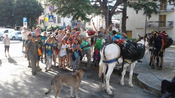 Gruppo della Compagnia dei Bambini all'arrivo a Cervarezza insieme a Massimo e Eugenia e gli asinelli