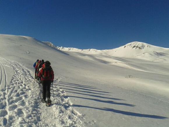 il gruppo Capodanno da orsi e da lupi mentre sta salendo al Rifugio Sebastiani in Abruzzo